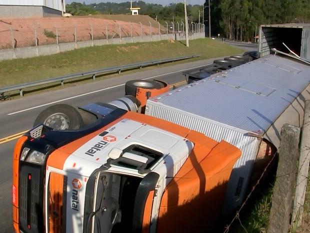 Caminhão com macarrão instantâneo tombou na Raposo Tavares em São Roque (Foto: Reprodução/TV TEM)