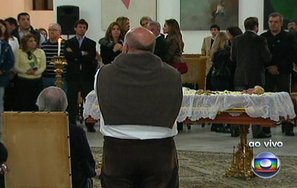 Familiares e amigos comparecem ao velório de Hebe Camargo, que morreu neste sábado (29) aos 83 anos, vítima de parada cardíaca