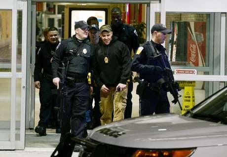 Policiais deixam o shopping onde um atirador deitou três feridos nos EUA Foto: Pittsburgh Post-Gazette/Bill Wade
