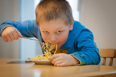 """<p>Si siguen las tendencias posteriores al año 2000, los niveles de obesidad infantil y adolescente superarán a los de los jóvenes con bajo peso de la misma edad en 2022./ <a href=""""https://pixabay.com/es/comer-fideos-los-ni%C3%B1os-pasta-1583954/"""" target=""""_blank"""">Pixabay</a></p>"""