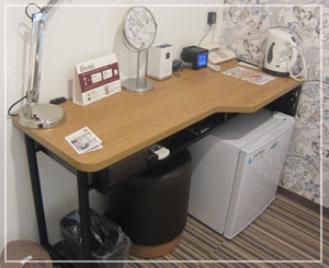 藤沢「8HOTEL」、小ぶりのライティングデスクも機能的。