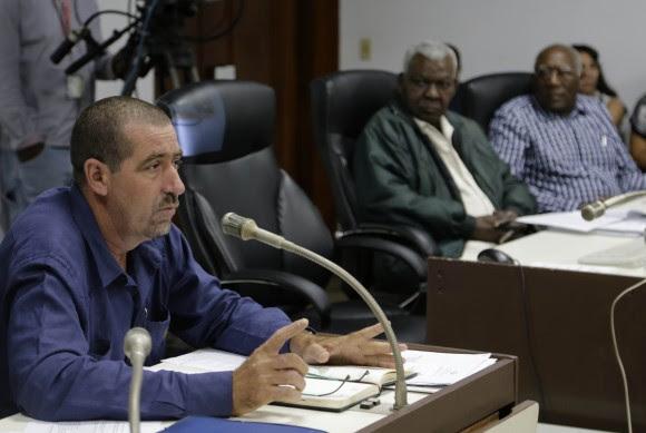 Fredy Luis Sánchez diputado por Cienfuegos, interviene en la comision de Atencion a la Juventud, la niñez y la igualdad de derechos de la Mujer. Foto: Ismael Francisco/Cubadebate.