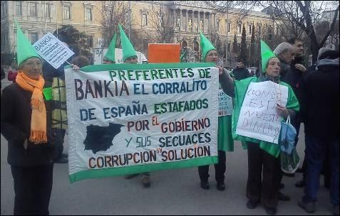 Un grupo de jubilados denuncia que bankia les roba con subordinadas y preferentes y preguntan con cánticos donde está su dinero. -AB