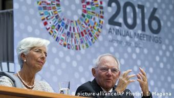Ο γερμανός υπουργός Οικονομικών Βόλφγκανγκ Σόιμπλε με την επικεφαλής του ΔΝΤ Κριστίν Λαγκάρντ στην Ουάσιγκτον