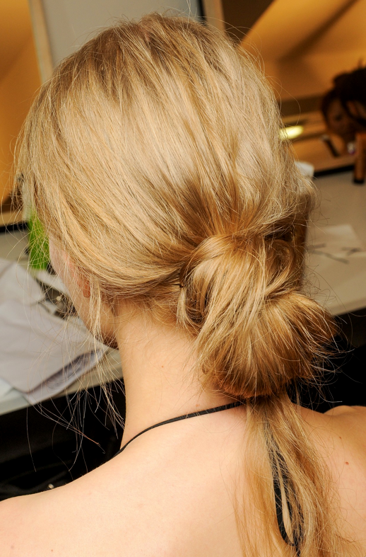 LE FASHION BLOG BEAUTY POST BACKSTAGE BEAUTY MARNI SS SPRING SUMMER 2013 MESSY LOW BUN KNOTS NO FUSS PULL THROUGH 2