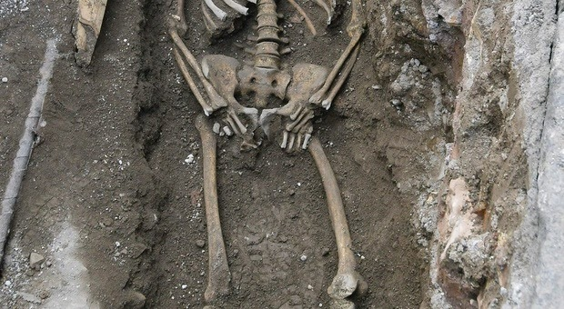 Roma, scheletro di 1.600 anni fa spunta davanti alla metro Piramide Le ipotesi