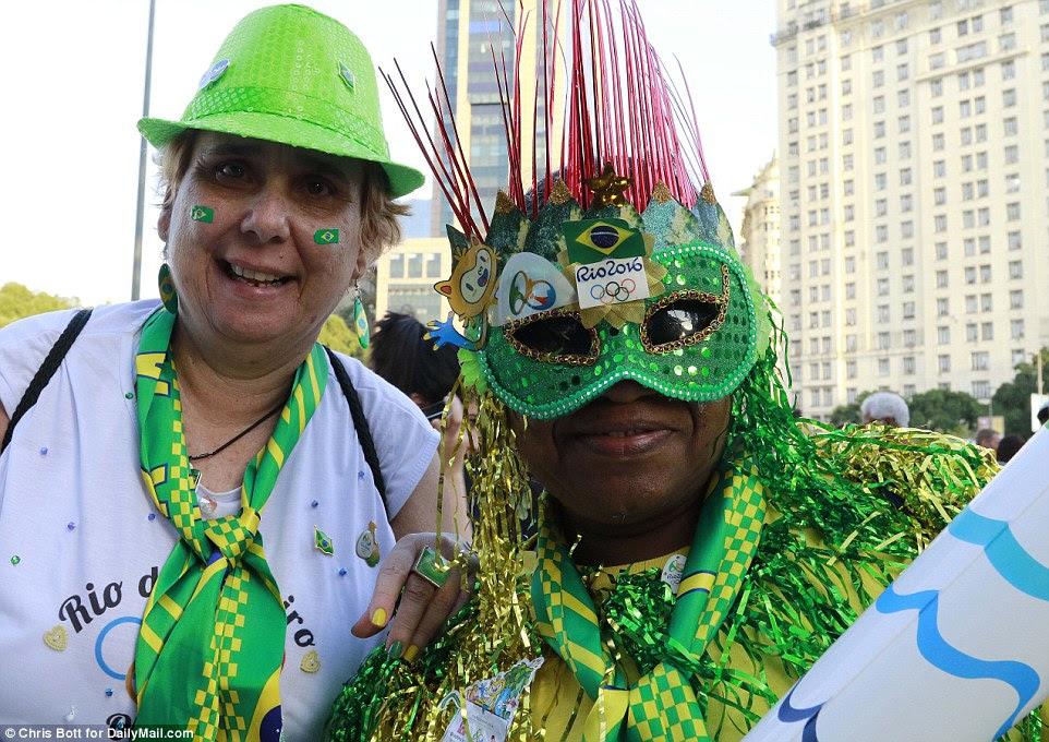 fan zone perto de Port Mauá fãs Boulevard Olímpico se reuniram cedo antes das milhas de distância da cerimónia no estádio do Maracanã