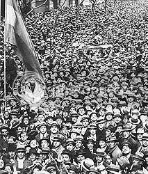 Multitud de hinchas argentinos escuchando por radio la final del Mundial 1930 en Avenida de Mayo
