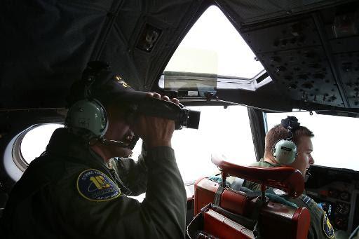 Militares da Austrália procuram por destroços do voo MH370 no sul do Oceano Índico em 26 de março. Foto: Paul Kane/AFP Photo