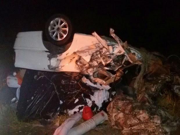 Colisão entre carro e carreta deixou uma pessoa morta na BR-242, na Bahia (Foto: Jadiel Luiz / Blog do Sigi Vilares)