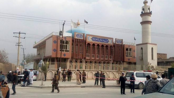قوات الأمن الأفغانية اسهروا أمام مسجد حيث وقع انفجار في كابول، أفغانستان