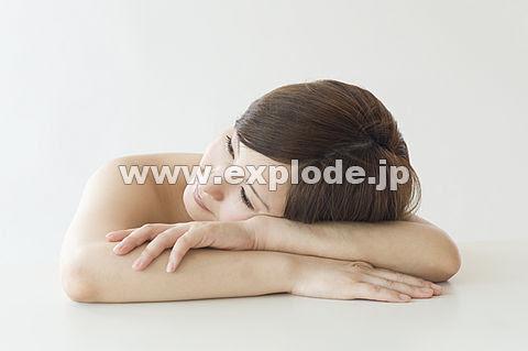 机の上に伏せる日本人女性 Ml333056jpg 写真素材