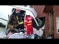 VIDEO Accident mortal la Podul Coșnei. Șoferul unui microbuz a murit după ce s-a izbit violent cu mașina în peretele unei case