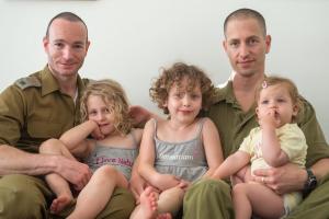 El mayor (de la reserva) Etai Pinkas y su esposo el mayor (de la reserva) Yoav Arad-Pinkas con sus tres hijas Foto: Portavoz militar