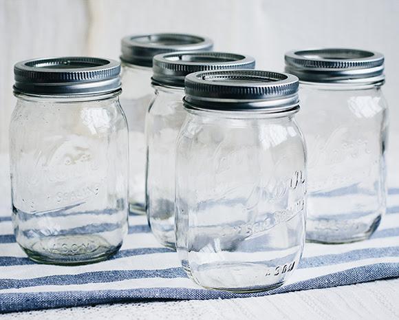 hierbas medicinales en mason jars