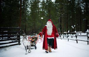 Papá Noel prepara su trineo en Laponia (Finlandia).