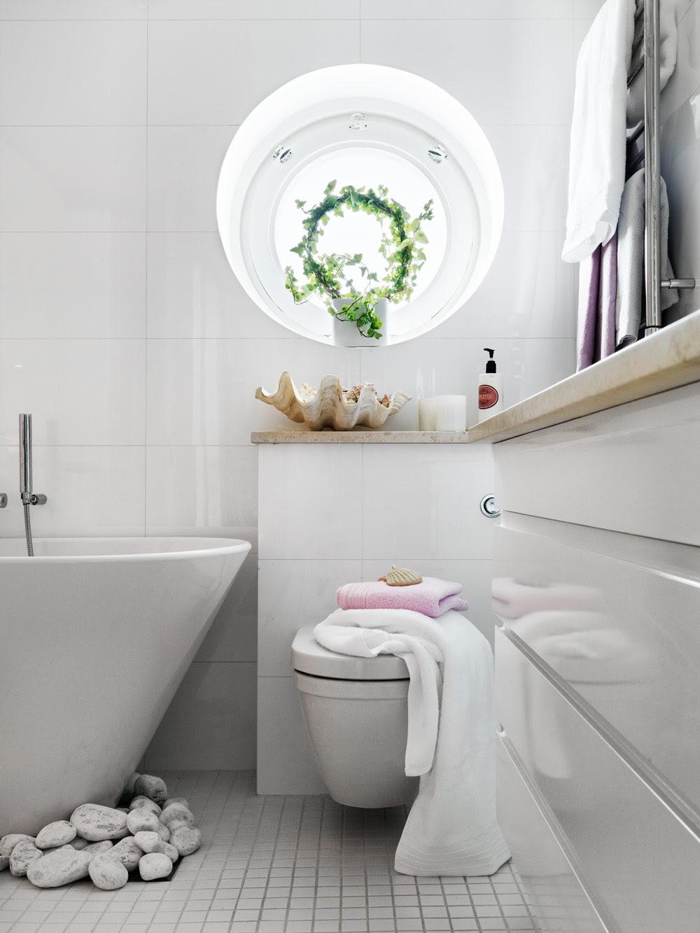 Stylish Small Bathroom With An Unusual Decor | DigsDigs
