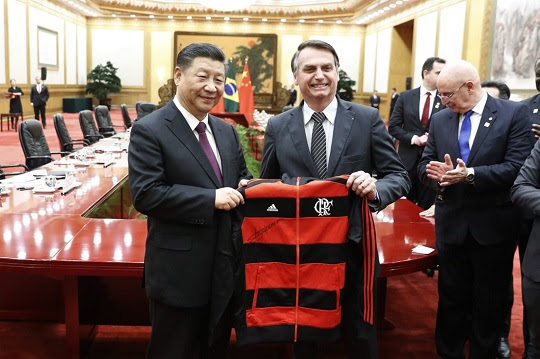 Presidente da China, Xi Jinping, recebe agasalho do Flamengo de Jair Bolsonaro em Pequim   Foto: Yukie Nishizawa/Pool/AFP