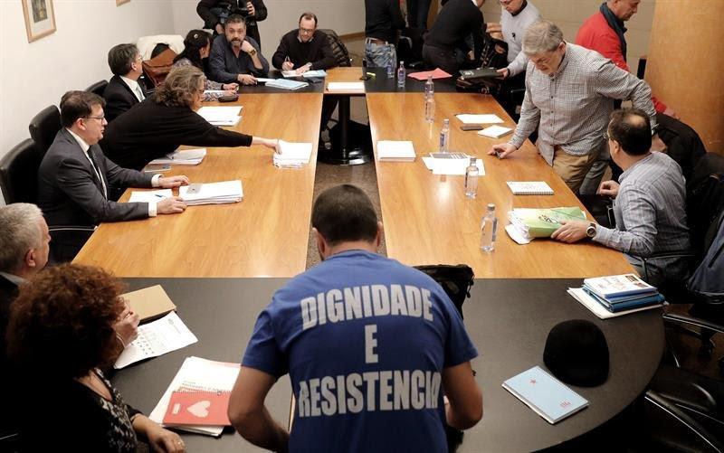 Representantes de la Xunta y los sindicatos, en el inicio de la reunión de ayer en Santiago.