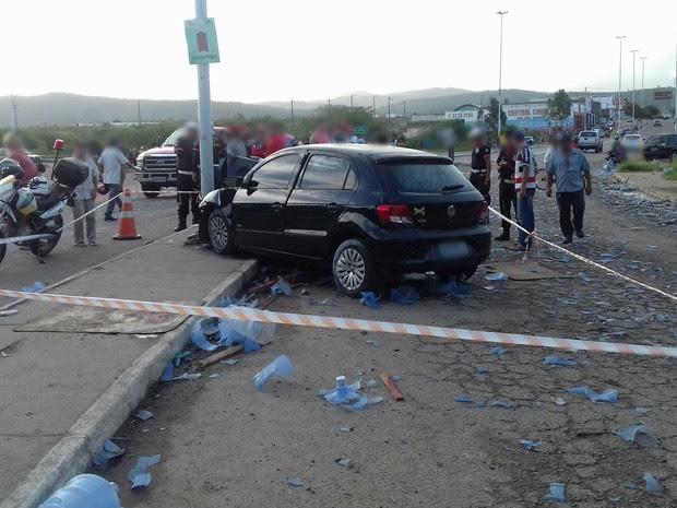 Motorista tenta desviar de garrafões de água, bate em poste e morre em Bezerros, PE (Foto: Divulgação/PRF)