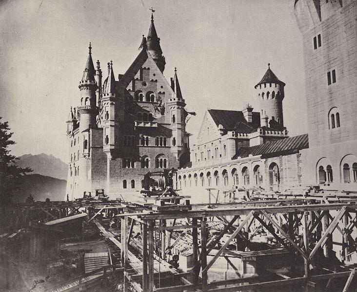 File:Neuschwanstein - Blick in den oberen Schlosshof.jpg