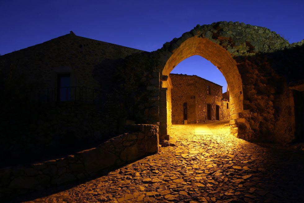 É um espaço monumental que preserva referências medievais importantes, como as velhas muralhas, as ruínas do palácio de Cristóvão de Moura, a Picota quinhentista, a igreja medieval, a cisterna medieval e as inscrições que atestam a presença de uma grande comunidade de cristãos novos.