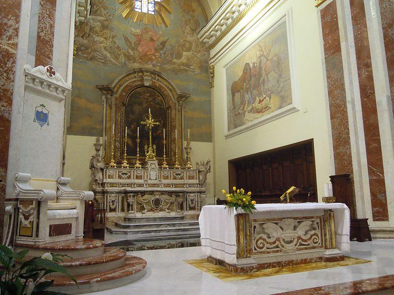 File:Isernia, Cattedrale di San Pietro Apostolo, presbiterio..jpg