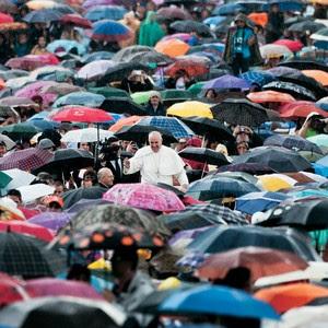 ENTREGA Papa Francisco, alheio à chuva,  em audiência geral no Vaticano. Ele busca contato com o público em sua vinda ao Brasil (Foto: Alessandra Benedetti/Corbis/Latin Stock)