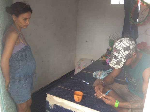 Casal está há um mês morando em um jazigo em Guajará-Mirim (Foto: Dayanne Saldanha/G1)