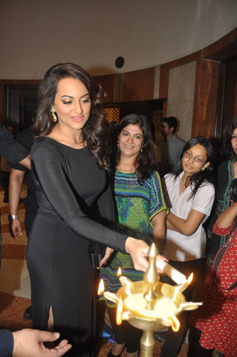 Sonakshi-Sinha-at-Penetralia-Art-of-Neeraj-Goswami-Art-Gallery-Photo-Pictures-6