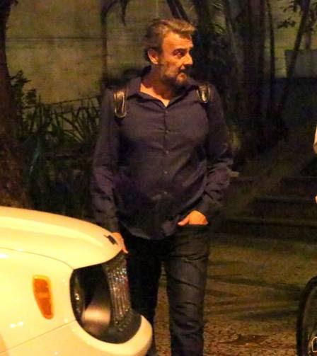 Alexandre Borges chega ao apart-hotel, em Ipanema, na última quarta-feira, quando o casal confirmou a separação