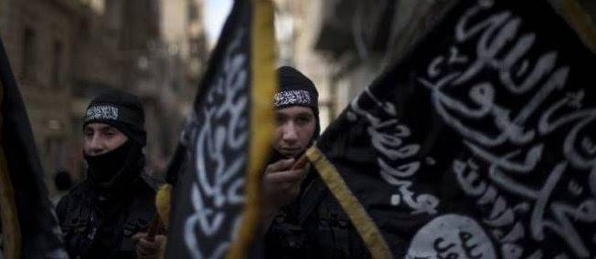 Des membres de la brigade islamiste Hamzah défilent à Deir ez-Zor avec des drapeaux du Front al-Nosra, branche syrienne d'al-Qaida (photo d'illustration).