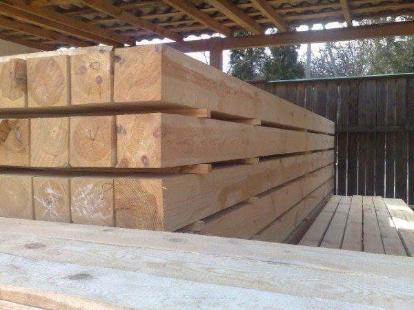 Важно также и правильно хранить древесину, ее нельзя складывать друг на друга, лучше использовать небольшие брусочки для прокладок
