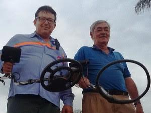 Vandeir Santos e Marcos Faria exibem detectores que usam em caça a tesouro (Foto: Vandeir Santos/Arquivo pessoal)