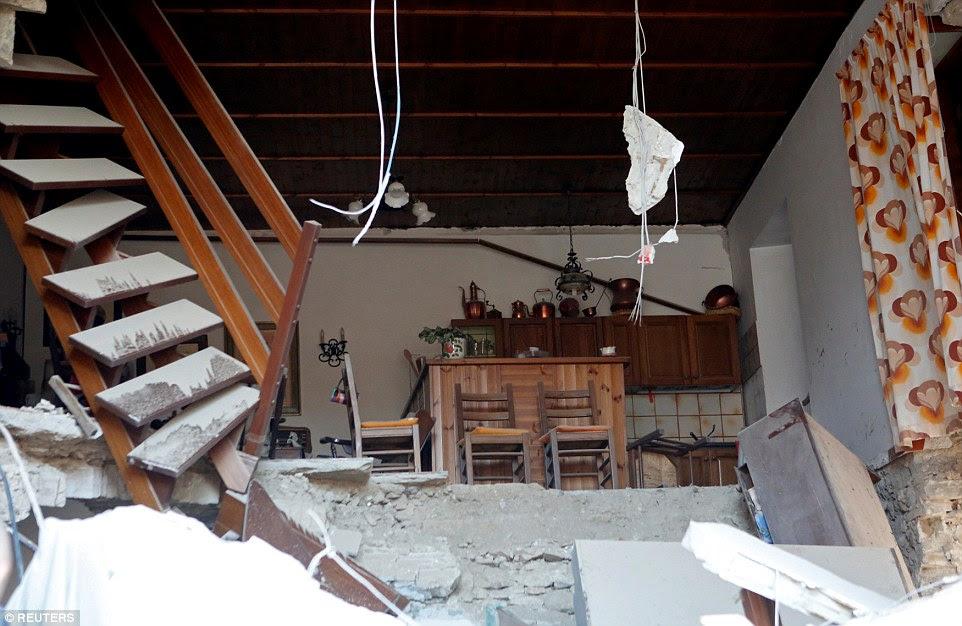 Contraste: A cozinha intacta desta casa encontra-se completamente intacta - mas exposta ao mundo exterior após a sua parede caiu