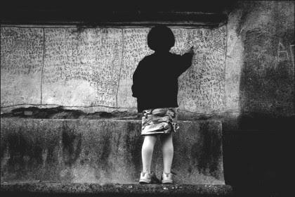 bambina sur le banc.jpg