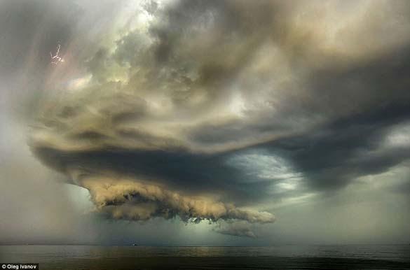 Κολοσσιαία καταιγίδα σε παραλία της Ρωσίας (3)