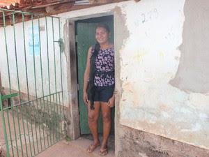 Maria das Graças está desempregada e vê nos cabelos uma ajuda para a família (Foto: Juliana Barros/G1)