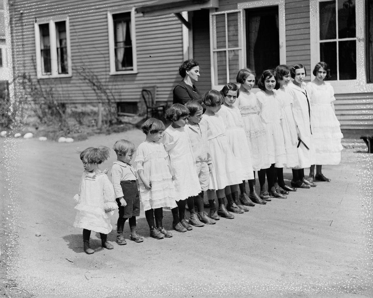 Como uma família com 13 filhos era empilhada em um carro em 1925 13