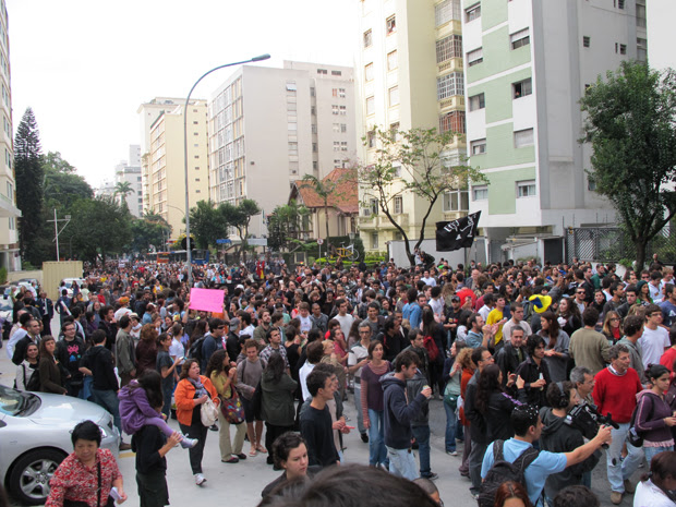 Manifestantes na Av. Angélica (Foto: Roseane Aguirra/G1)