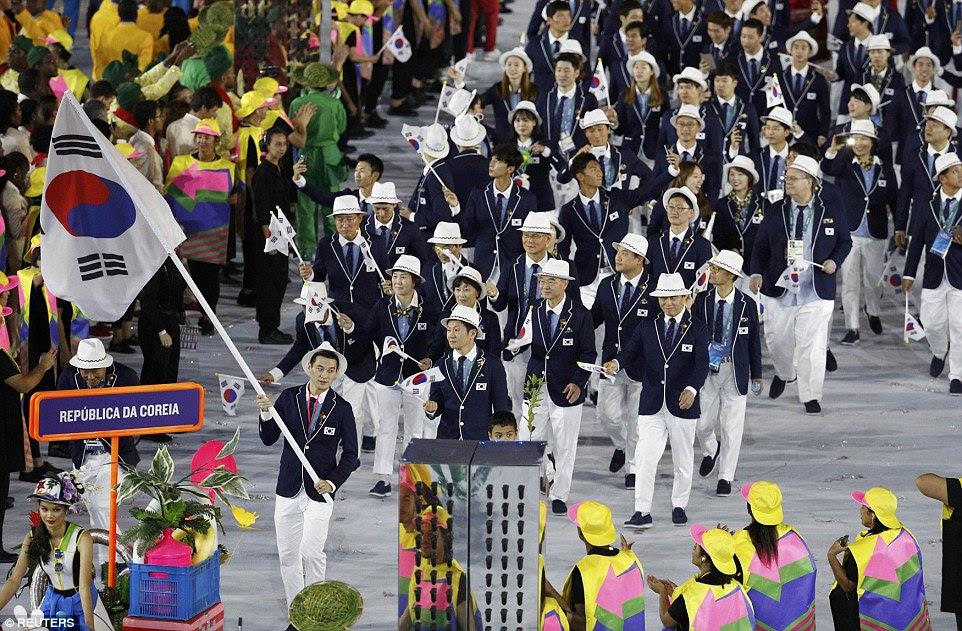 Chamariz Bongil Gu da Coreia do Sul levou o seu contingente de companheiros de equipe durante a cerimônia de abertura
