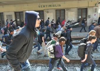 Manifestanti occupano i binari della stazione di Ventimiglia