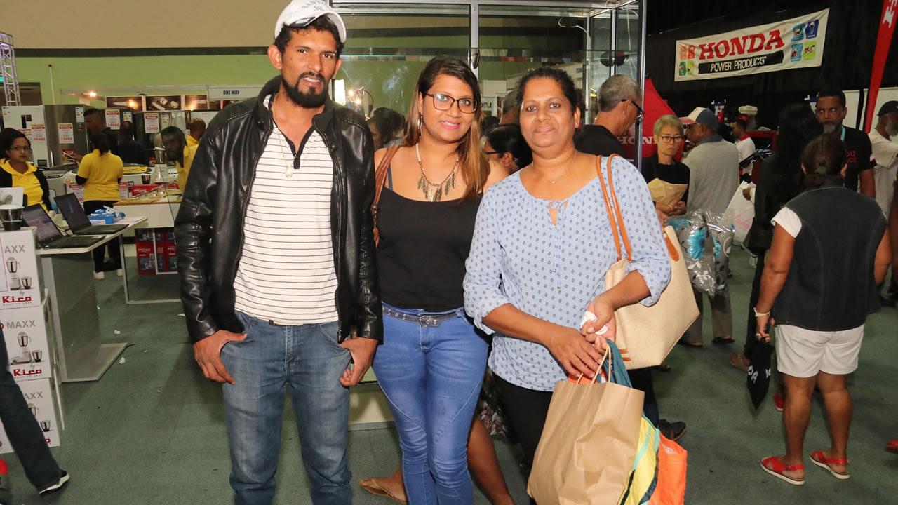 Josiane Chinnatambi est accompagnée de sa fille Christelle et son beau-fils Donovan, qui vont bientôt se marier.