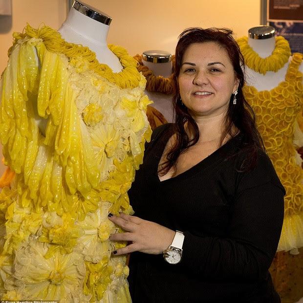 Adriana Bertini - estilista faz sucesso com roupas feitas de camisinha (Foto: Fiona Hamilton)