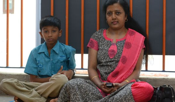 Lyricist Thamarai protests to find her missing husband