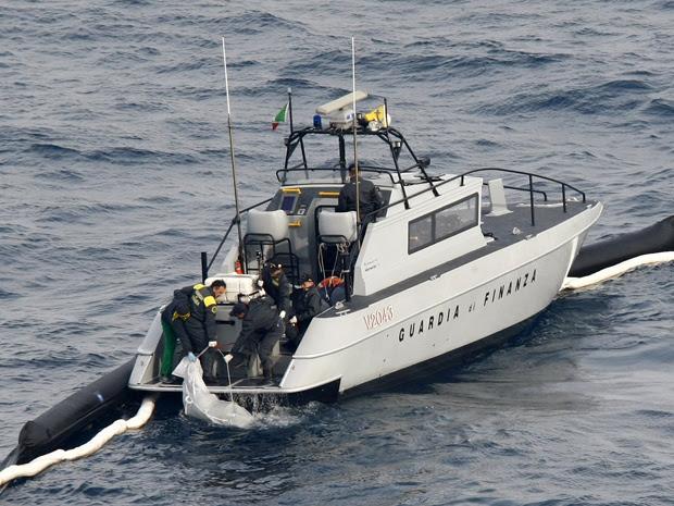 Equipes de resgates puxam o 17º corpo a ser achado no navio Costa Concordia. (Foto: Darrin Zammit Lupi / Reuters)