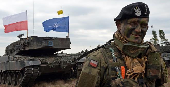 Un soldado polaco, en unas maniobras con la bandera de la OTAN. AFP2015/ Janek Skarzynski
