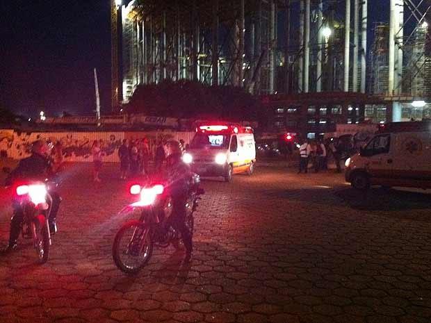 Ambulância do Samu deixa o estádio Nacional de Brasília após resgate a operários feridos nesta segunda (6) (Foto: Káthia Mello/G1)