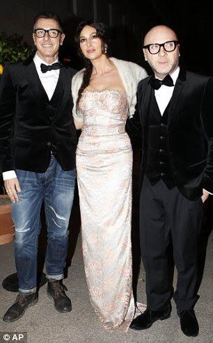 Monica Bellucci, centro, posa com Domenico Dolce, à direita, e Stefano Gabbana