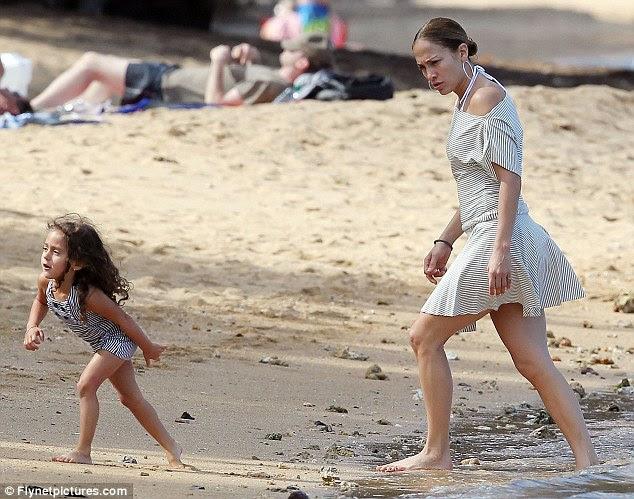 Onde está teu irmão?  A cantora mantém um olhar atento sobre Emme como ela vagueia pela praia